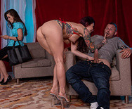 Жесткий секс татуированной стриптизерши с чуваком в клубе - 2