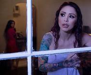 Горячий лесбийский секс татуированных брюнеток в отеле - 2