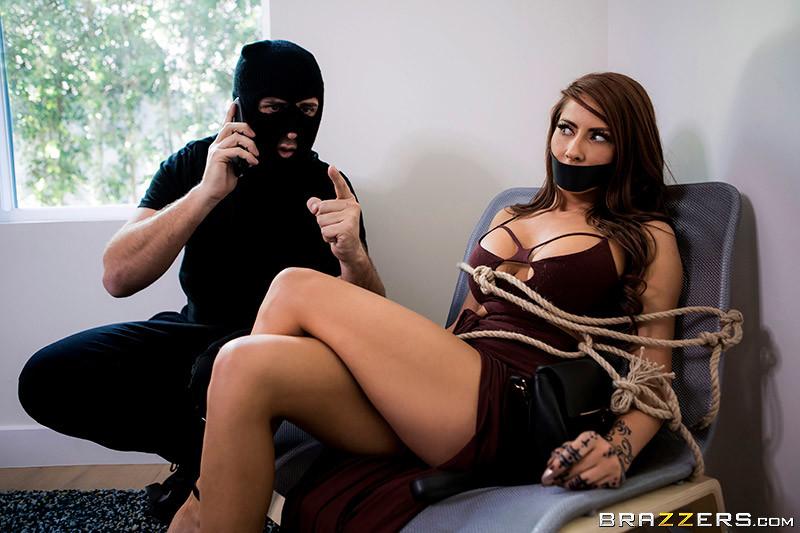 Секс с грабителем на кровати
