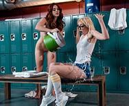 Лесбийский секс молоденьких студенток в раздевалке - 2