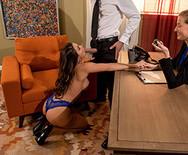 Смотреть секс длинноногой брюнетки с мужиком в офисе на столе - 3