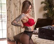 Страстный анальный секс татуированной девахи с парнем сестры - 1