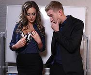 Красивый секс горячей брюнетки с чуваком в офисе - 1
