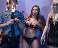 Порно сексуальной шатенки с охранником в магазине - 2