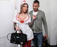 Смотреть секс с шикарной молодой медсестрой в униформе - 2