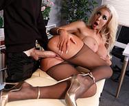 Порно в офисе с грудастой шикарной блондинкой - 4