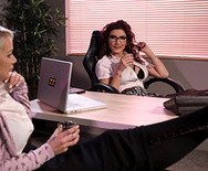 Порно чувака с роскошной секретаршей в офисе - 1