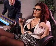 Порно чувака с роскошной секретаршей в офисе - 2