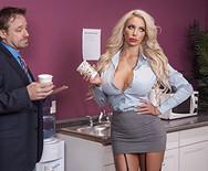 Порно с сексуальной давалкой в офисе - 1