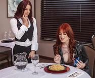 Лесбийское порно рыжей стервы с симпатичной официанткой в ресторане - 2