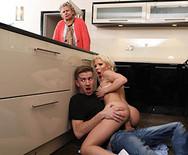 Порно молодой симпатичной блондинки с похотливым пареньком - 4
