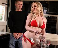 Смотреть трах с грудастой сексуальной блондинкой на кровати - 1