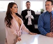 Порно измена роскошной грудастой дамочки с дворецким - 1