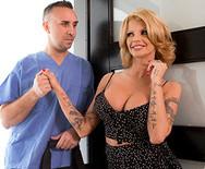 Секс измена грудастой блондинки с привлекательным доктором - 1