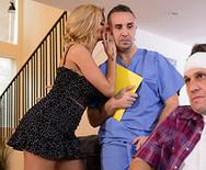 Секс измена грудастой блондинки с привлекательным доктором - 2