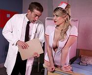 Трах в пизду с привлекательной медсестрой в униформе - 1