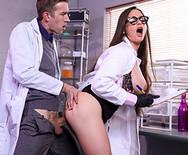Трах доктора с шикарной грудастой медсестрой в униформе - 4