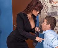 Порно начальницы в чулках с чуваком на столе - 1