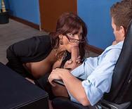 Порно начальницы в чулках с чуваком на столе - 3