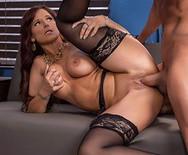 Порно начальницы в чулках с чуваком на столе - 5