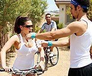 Нежный секс с горячей брюнеткой с большими сиськами после велопрогулки - 1