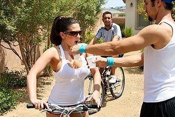 Нежный секс с горячей брюнеткой с большими сиськами после велопрогулки