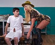 Секс молодого чувака с грудастой опытной блондинкой - 1