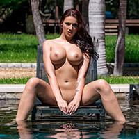Смотреть порно с стройной красоткой у бассейна