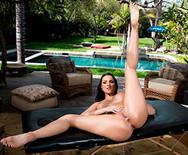 Смотреть порно с стройной красоткой у бассейна - 5