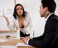 Жесткий секс латинской шлюшки секретарши с начальником на столе - 1