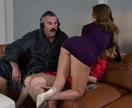 Секс измена с горячей соблазнительной красоткой на диване - 2