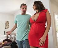 Смотреть секс грудастой брюнетки с лучшим другом мужа - 2