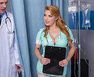 Анальное порно с шикарной рыжей медсестрой в униформе - 3