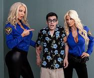 Секс втроем с двумя горячими грудастыми блондинками - 1