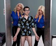 Секс втроем с двумя горячими грудастыми блондинками - 2
