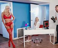 Порно с роскошной грудастой блондинкой в чулках - 2