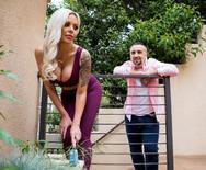 Молоденькая возбужденная блондинка дала в пизду опытному соседу - 1