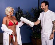 Секс с зрелой сексуальной блондинкой в сауне - 1