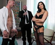 Порно с сиськастой брюнеткой в чулках - 3
