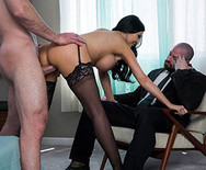 Порно с сиськастой брюнеткой в чулках - 4