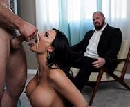 Порно с сиськастой брюнеткой в чулках - 5