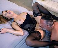 Анальный секс с горячей страстной сукой в чулках - 1