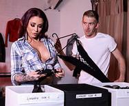 Секс с татуированной горячей красоткой - 1