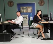 Секс в офисе с горячей пышногрудой дамочкой - 1