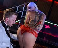 Анальное порно с развратной сексуальной блондинкой в клубе - 2