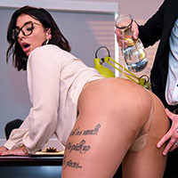 Анальный секс с молодой сексуальной секретаршей в офисе