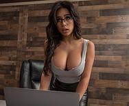 Горячее порно с сексуальной брюнеткой секретаршей на столе - 1