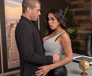Горячее порно с сексуальной брюнеткой секретаршей на столе - 2