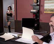 Трах юной школьницы в униформе с директором на столе - 1