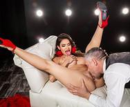 Порно с шикарной длинноногой брюнеткой в клубе - 3